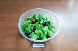 Шаг 4. В глубокую миску сложить нарезанные помидор, огурец и маслины. Листья сал