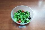Шаг 6. Салат заправить заправкой и перемешать. Подавать в порционных салатниках