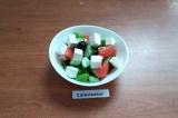 Готовое блюдо: овощной салат с маслинами и брынзой