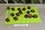 Шаг 6. В каждую конфетку положить орешек и скатать шарик.