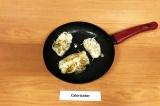 Шаг 7. Обжарить на антипригарной сковороде со всех сторон. Снять с плиты, вытащи