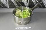 Шаг 2. Отварить кабачок и сельдерей в течение 7 минут.
