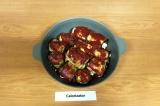 Шаг 10. Сверху смазать томатной пастой.