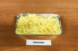 Шаг 11. Достать запеканку, посыпать сыром и поставить в духовку еще на 15 минут.