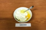 Шаг 5. Сметану смешать с яйцом.