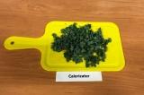 Шаг 2. Мелко нарезать листья салата.