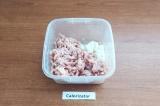 Шаг 2. В миске соединить фарш, лук и соль.
