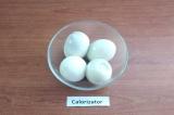 Шаг 3. Варёные яйца очистить от скорлупы.