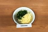 Шаг 8. Добавить к тесту сыр и зелень.