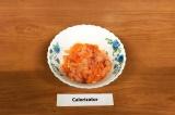 Шаг 9. 3 слой – нарезанная рыба.