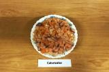 Шаг 14. 8 слой – нарезанная рыба. Посыпать салат зеленым луком, полить соевым со