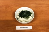 Шаг 3. Смешать рис с укропом, сахарозаменителем и уксусом, перемешать.