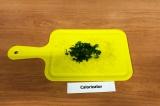Шаг 6. Зеленый лук мелко нашинковать.