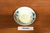 Шаг 8. 2 слой – сливочный сыр.