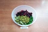 Шаг 4. В салатник сложить свеклу, зелёный горошек, лук и огурцы, при этом огурцы