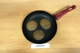Шаг 4. Выпечь оладьи круглой формы под крышкой 5-7 минут на слабом огне. Выпекат