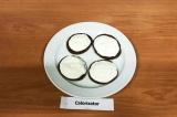 Шаг 7. Выложить оладьи на плоское блюдо, сверху выложить творог.