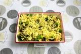 Шаг 10. Добавить грибы и лук, вместе со сливками. Присыпать сыром.
