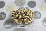 Шаг 2. Мелко нарезать грибы.