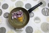 Шаг 4. В сковороду добавить масло и специи. Пассеровать лук до золотистого цвета