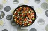 Шаг 10. Выложить грибы и помидор.
