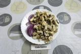 Шаг 2. Нашинковать лук и нарезать грибы.