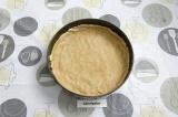 Шаг 7. В круглую разьемную форму, выложить тесто, сформировать бортики высотой 2