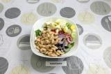 Шаг 8. Смешать в салатнике все ингредиенты и заправить. Подсолить по вкусу.