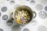 Шаг 5. Добавить лук и грибы. Пассеровать 5 минут.