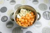 Шаг 6. Добавить батат и цветную капусту, обжарить пару минут.