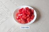 Шаг 3. Крупный помидор помыть и нарезать крупными кубиками.