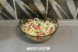 Шаг 9. Добавить соус в салат и перемешать.