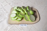 Шаг 1. Кабачок помыть и нарезать кружками толщиной около 1 см.