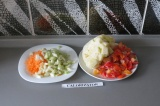 Шаг 5. Закинуть все овощи в бульон и варить минут 15.
