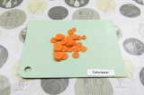 Шаг 3. Нарезать морковь.