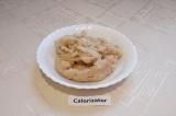 Шаг 3. В блендере или мясорубке смолоть филе куриной грудки, предварительно наре