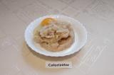 Шаг 4. В получившийся фарш добавить яйцо, молоко и соль. Хорошо перемешать.