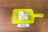 Шаг 2. Сыр натереть на крупной терке.