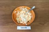 Шаг 4. Смешать все ингредиенты, добавить гранулированный чеснок, перемешать.