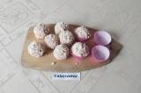 Шаг 5. Затем достать их из холодильника и переложить в формочки для конфет.