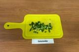 Шаг 4. Зелень и чеснок мелко нарезать.