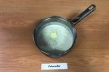 Шаг 5. Снять кашу с плиты, добавить сливочное масло, накрыть крышкой и дать наст