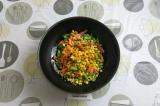 Шаг 1. Замороженную овощную смесь выложить в сковороду с маслом, добавить немног