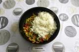 Шаг 4. Смешать рис с овощами и тушить на среднем огне еще пару минут.