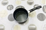 Шаг 10. Бульон процедить и смешать с растопленным желатином.