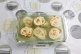 Шаг 12. Выложить в форму, залить бульоном с желатином и убрать в холодильник до
