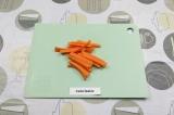 Шаг 2. Нарезать морковь тонкими брусочками.