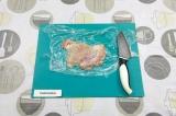 Шаг 3. Мясо отбить ножом или молотком через пищевую пленку.