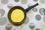 Шаг 4. Из взбитых яиц пожарить блинчик на сухой сковороде.