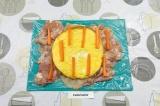 Шаг 6. Выложить яичный блинчик и морковь.